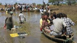 Cyclone Idai: people seeking rescue through flood waters