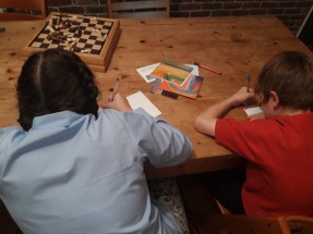 Annabelle, year 9, and Zacharie, year 4, are writing a message to Nora in Palestine and Jose in Brasil